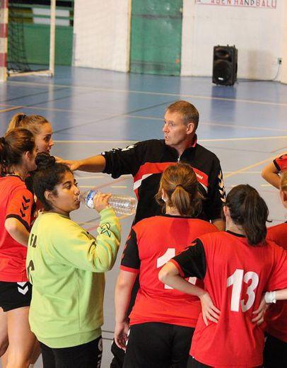 Toutes attentives autour de leur coach Jacques VERGNES.