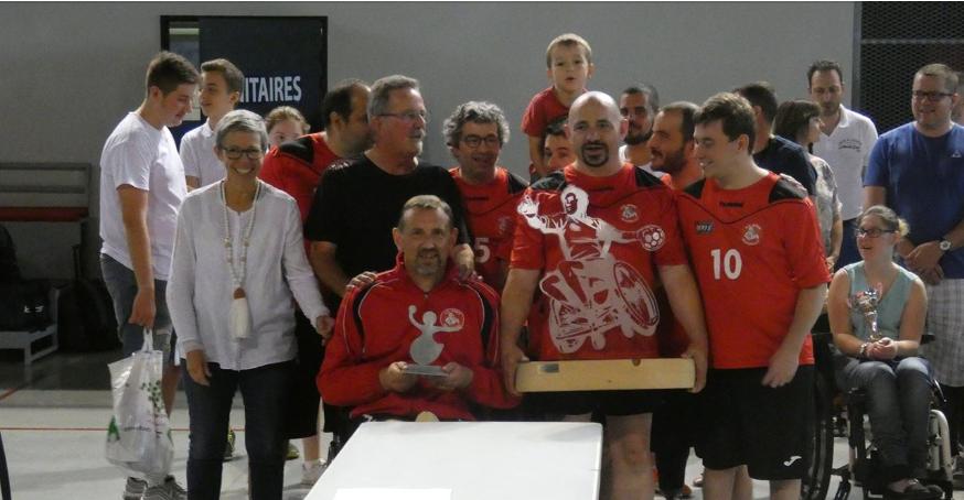 Le capitaine Bruno BOULOY (à gauche) reçoit le trophée de l'étape d'Agen du challenge Handi'amo Tour, son compère Stéphane BRIE soulève le trophée qui sera remis aux vainqueurs du challenge...