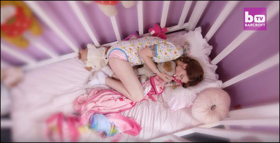 Jess, estadounidense de 24 años, se identifica como una bebé, usa pañal y duerme en una cuna.
