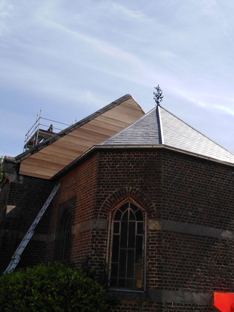 04/08/2020 Le pignon de la nef de la chapelle de Profondsart est bardé de cèdre!