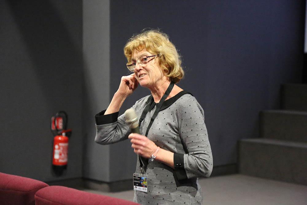 Joan Leclerc répond aux questions pour le film The Death of Staline