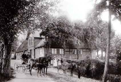 Der alte Hof der Familie Hamann im Kurzen Weg 4, der im Herbst  1913 abbrannte. Heute wohnt hier Familie Thomsen.