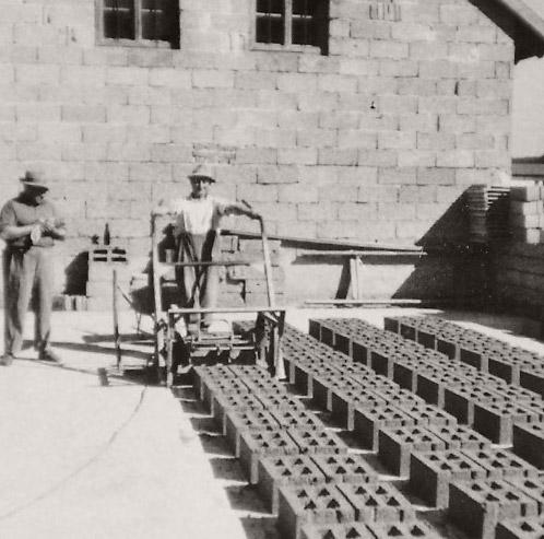 Pro Stunde konnten 100 – 120 Stück Betonhohlblocksteine hergestellt werden