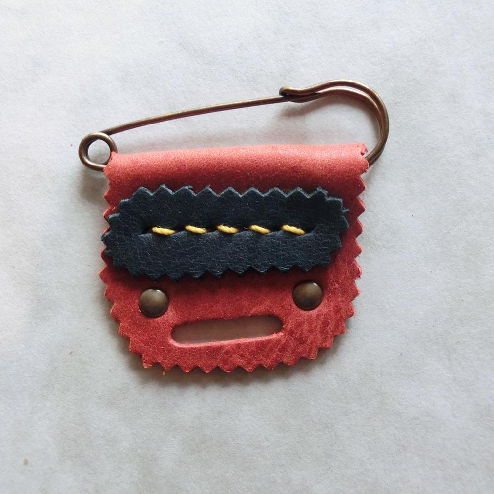 ブローチ(牛革/手縫い)・・・角と牙の取れた優しいオニ