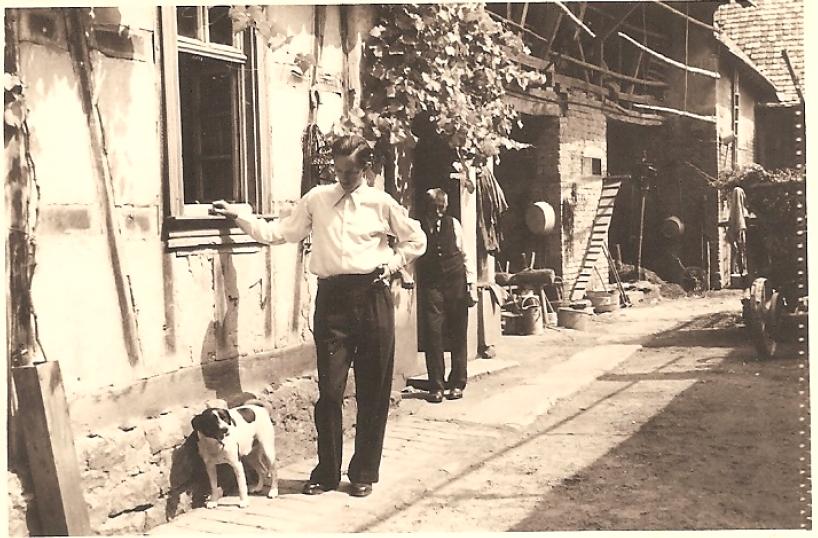 Hofansicht mit Martin Fenger und seinem Großvater Johannes Schneider (Neubesitzer des Anwesens: Familie Weisbrod)