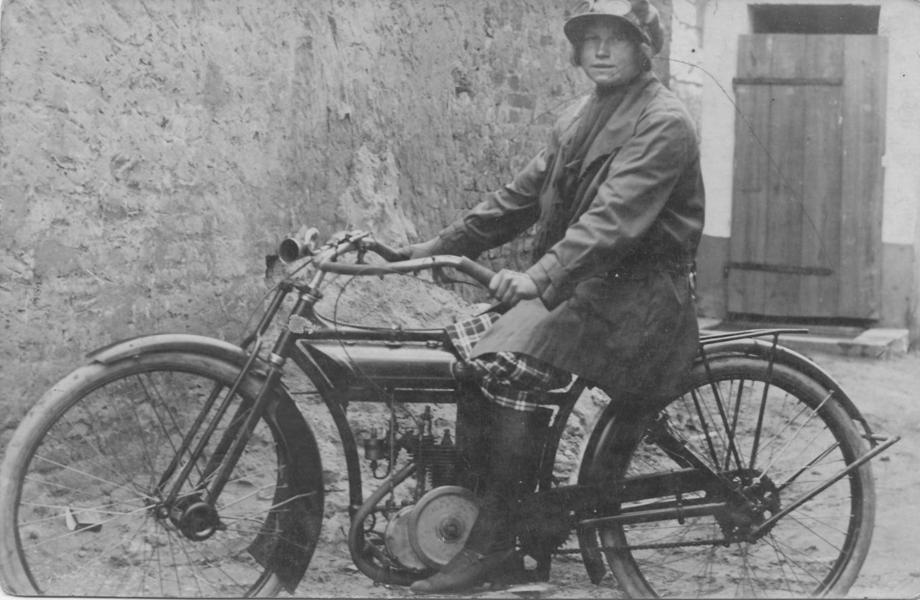 Schilling Maria in den 20er Jahren auf einem Motorrad der ersten Generation
