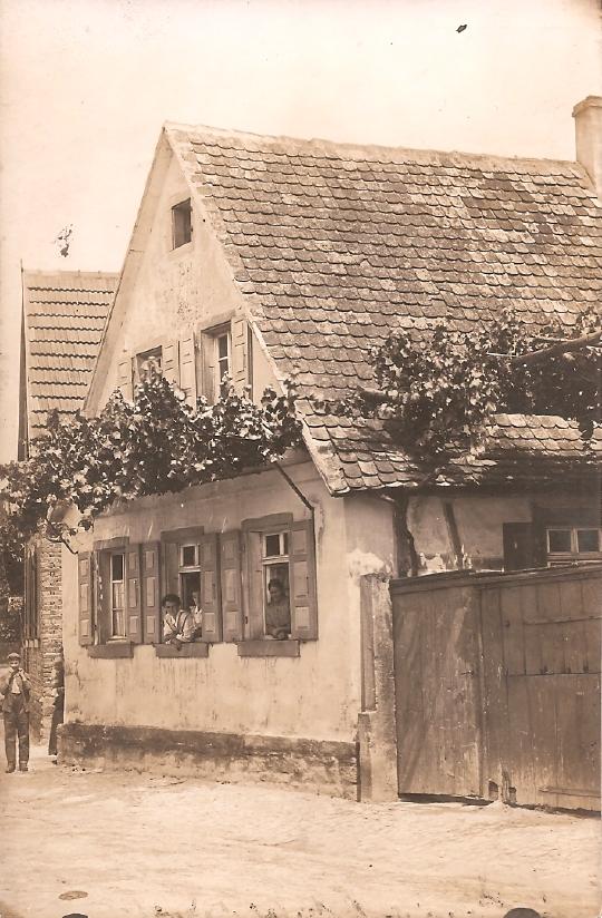Hausansicht Gäustraße 28 (früher Hauptstraße) mit Anna und Gretchen Schneider