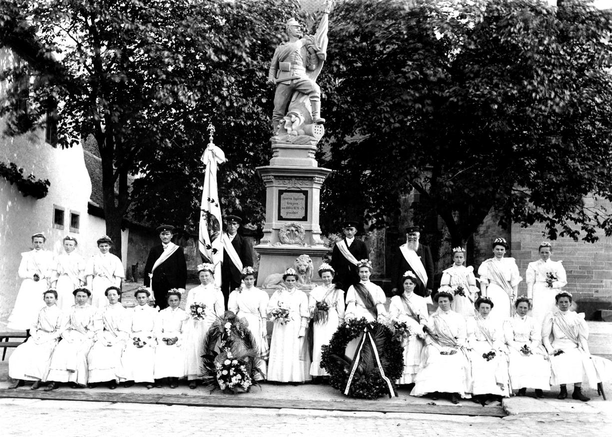 Ehrenjungfrauen am Kriegerdenkmal 1907
