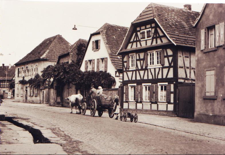 Hauptstraße, ca. 1950, von Osten Richtung Dorfmitte