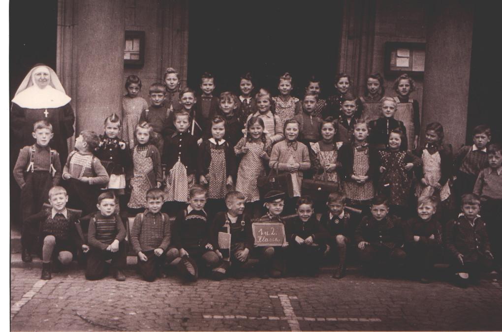 Geburtsjahrgang ca. 1944, 1. und 2. Klasse (Steg Stefan - obere Reihe rechts)