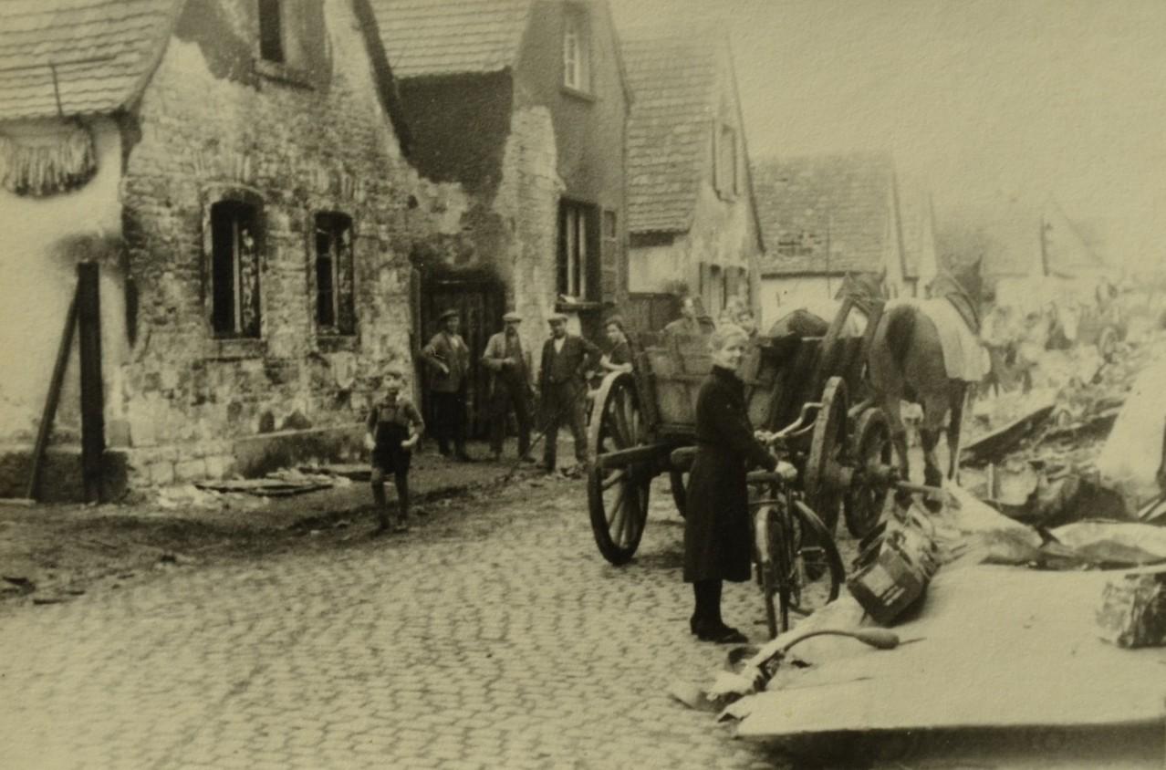 Flugzeugabsturz in Duttweiler Straße Okt. 1944, im Vordergrund Anna Heintz (Schwanenwirtin)