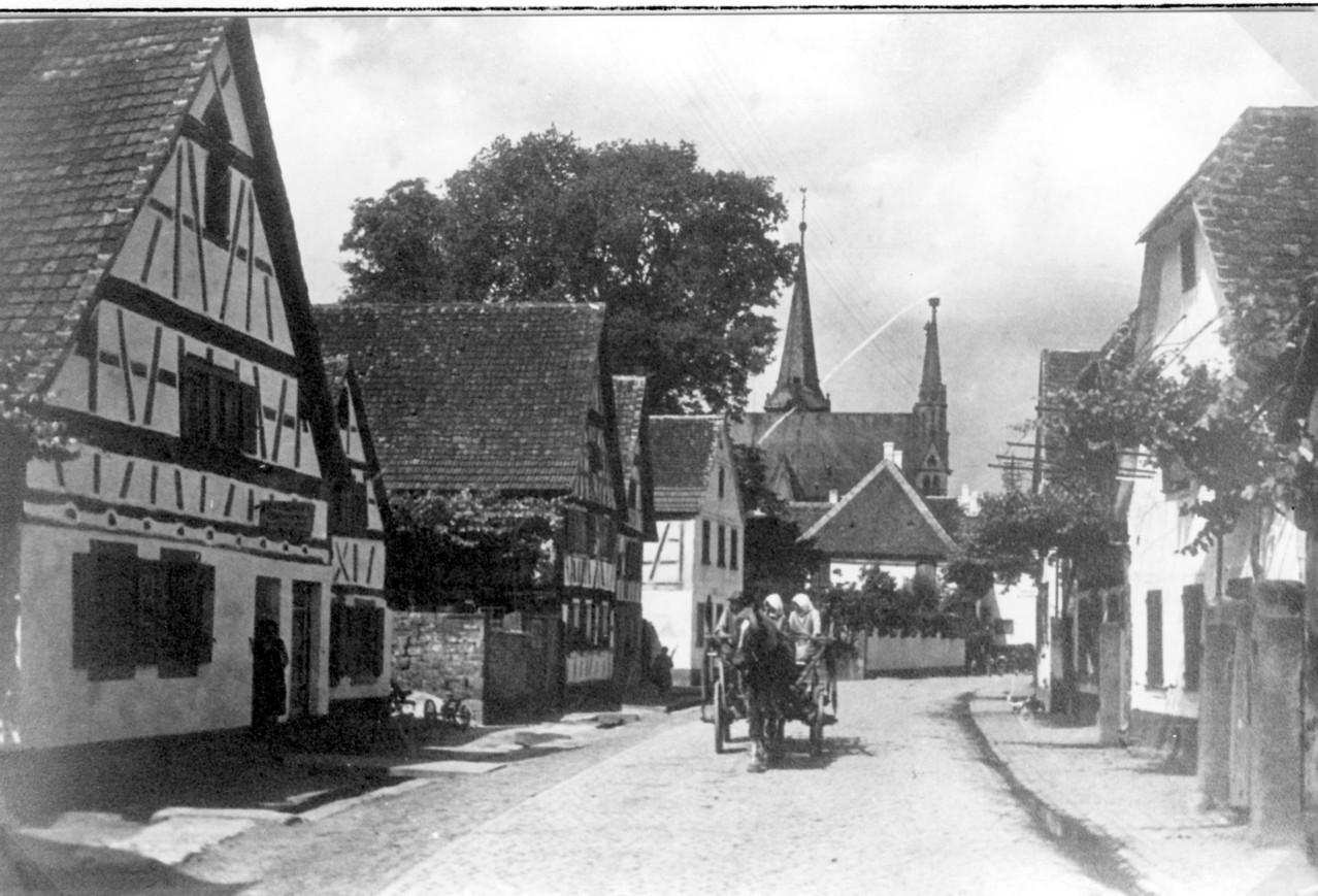 Untere Dorfstraße, heute Gäustraße mit Blick auf Kirche von Osten, um 1900