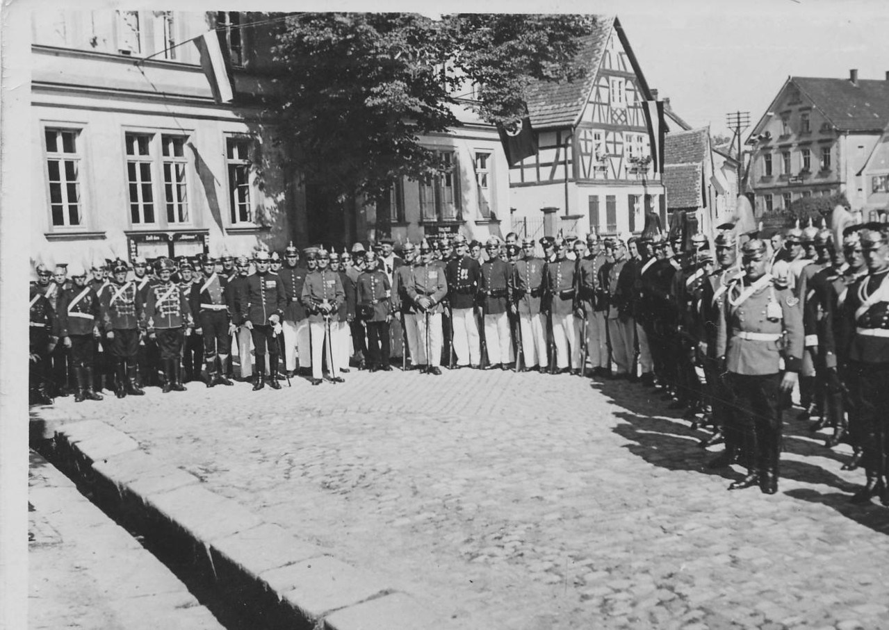 Veteranen vor Kriegerdenkmal von 1907