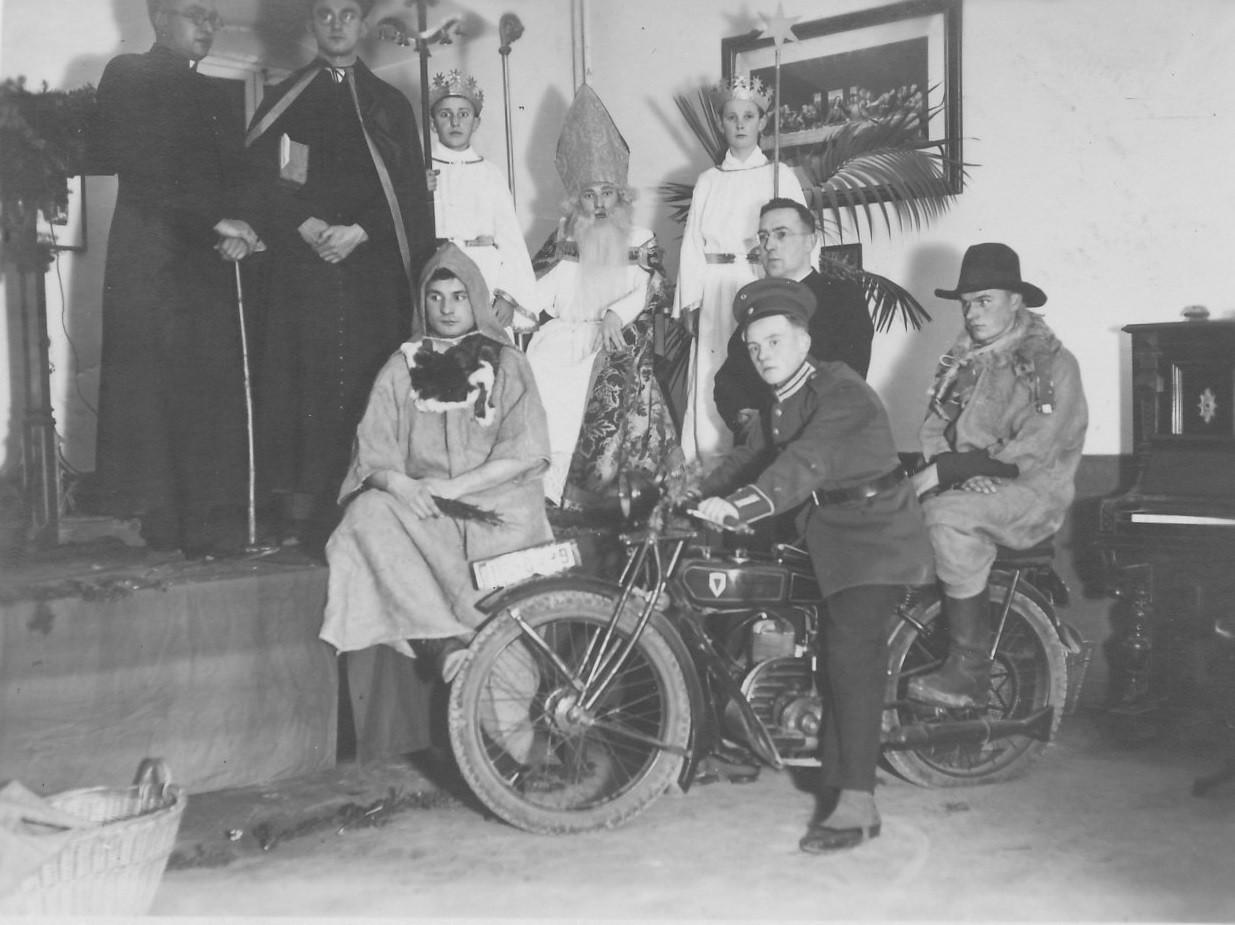 Theatergruppe mit Motorrad DKW