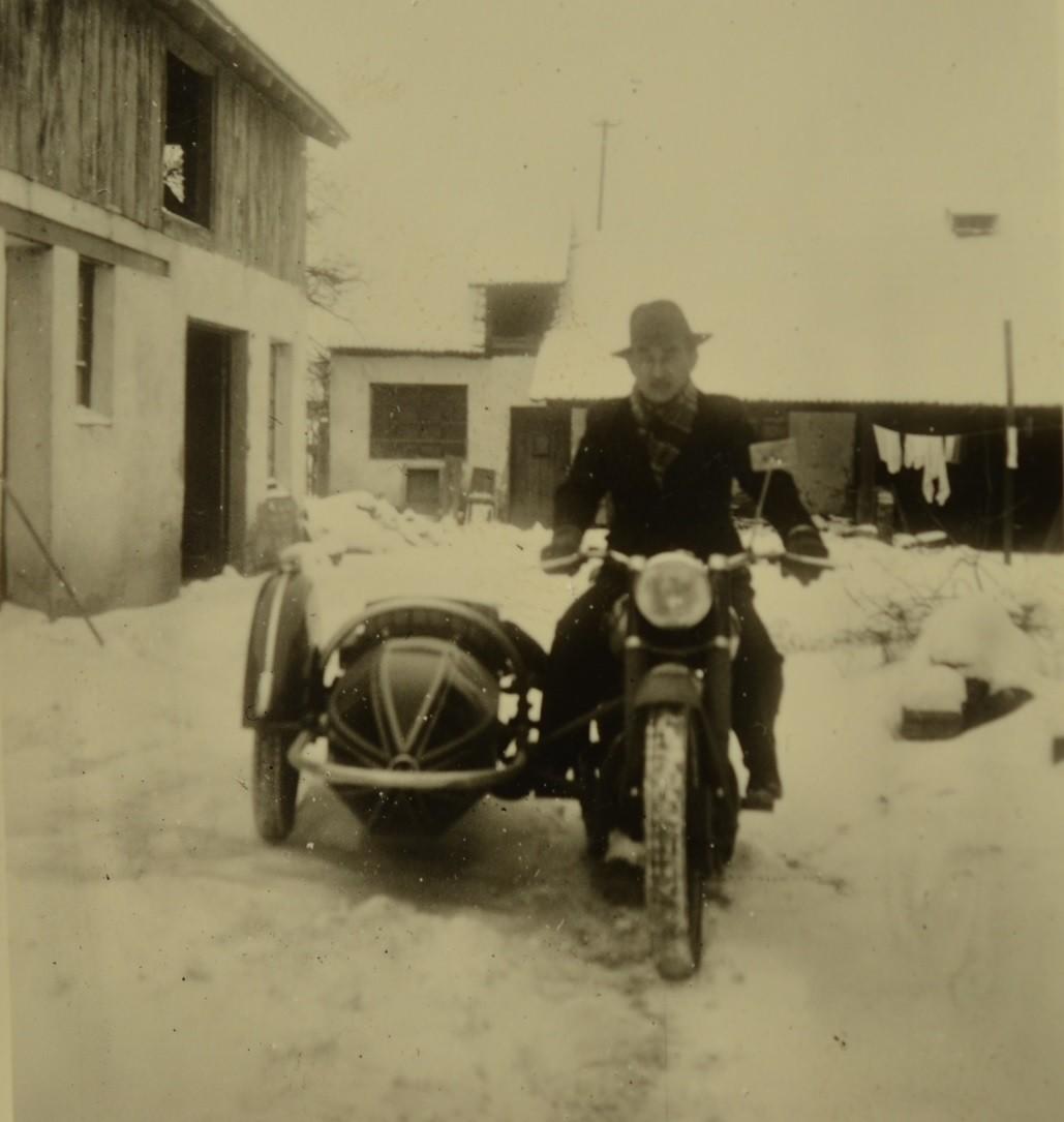 Harry Stadler mit Beiwagenmaschine; im Hintergrund alte Werkstatt und Sägegatter