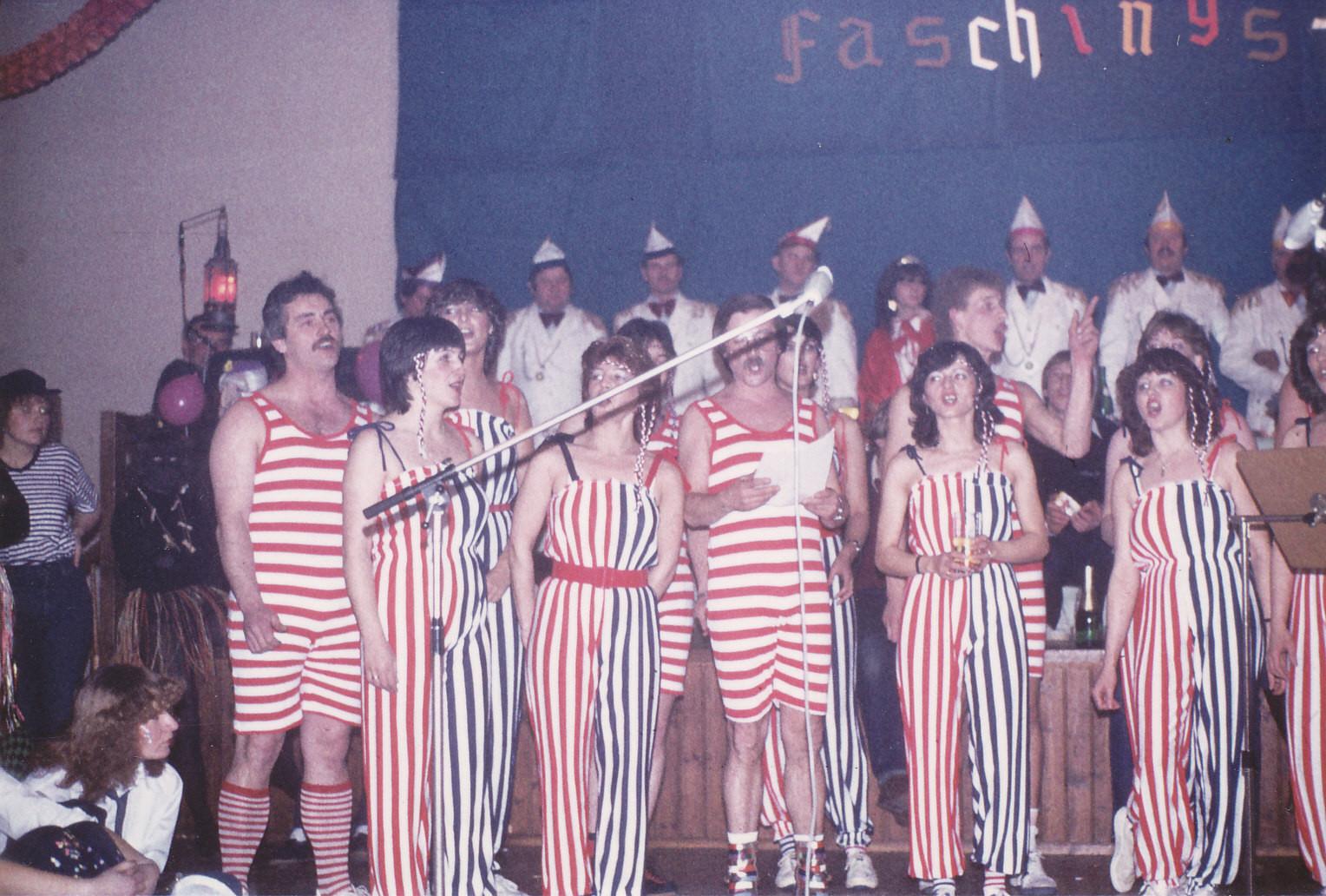 Närrische Singstunde 1982 mit den Asbach Uhus und ihren Eulen