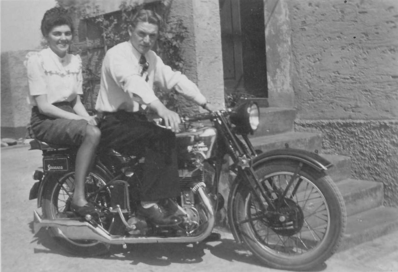 Erich Rössler mit Frau auf einer Standard 500 aus dem Jahr 1932