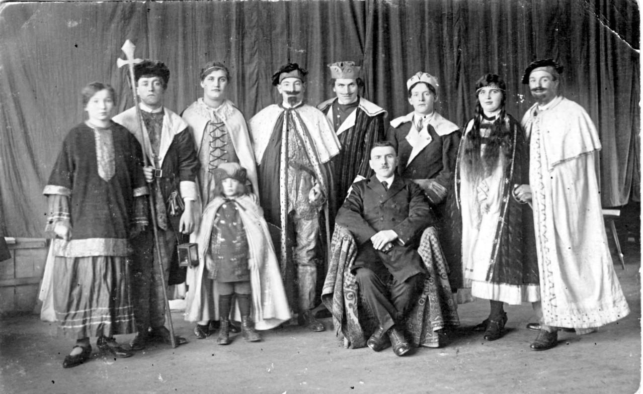 Theatergruppe: v.l. Maria Leibig, Johannes Hoffmann, Maria Kästel, Richard Klohe, ..., Heinrich Röther, Barbara Jungmann, ...