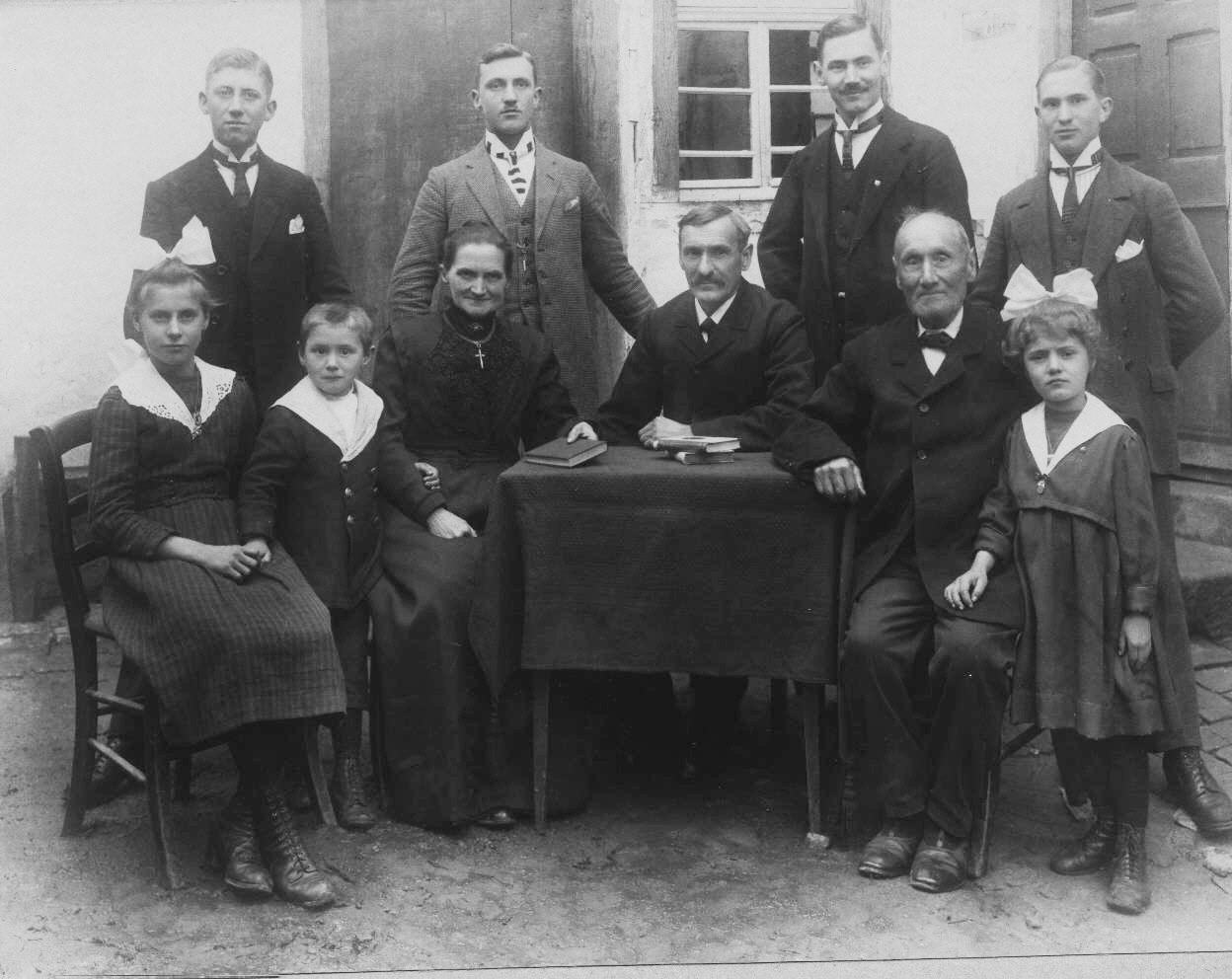 """Johannes Kästel mit Familie, Großvater ist """"Urvater"""" der Kästel aus Mingolsheim"""
