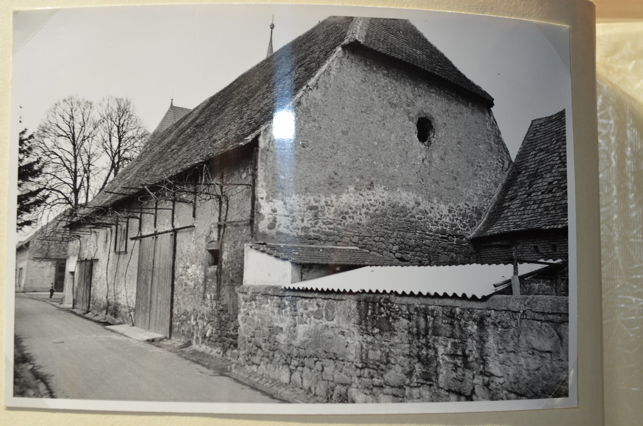 Zehntscheuer mit rückwärtiger Mauer um Chateau von General Geither
