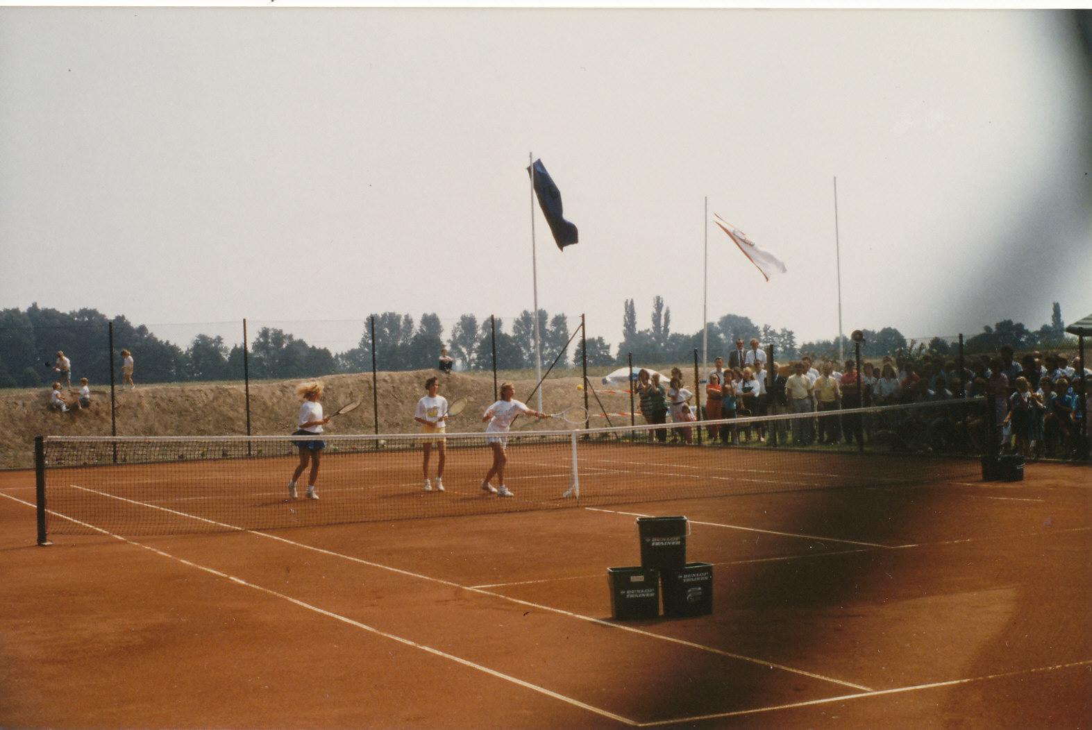 Bau der Tennisanlage in der Endphase