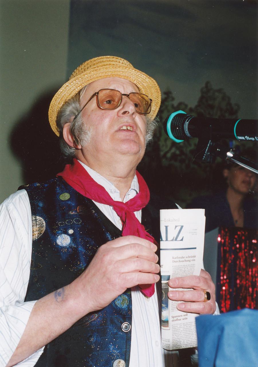 """Närrische Singstunde 2001 mit Karl Adam als """"Zeitungsreporter"""""""