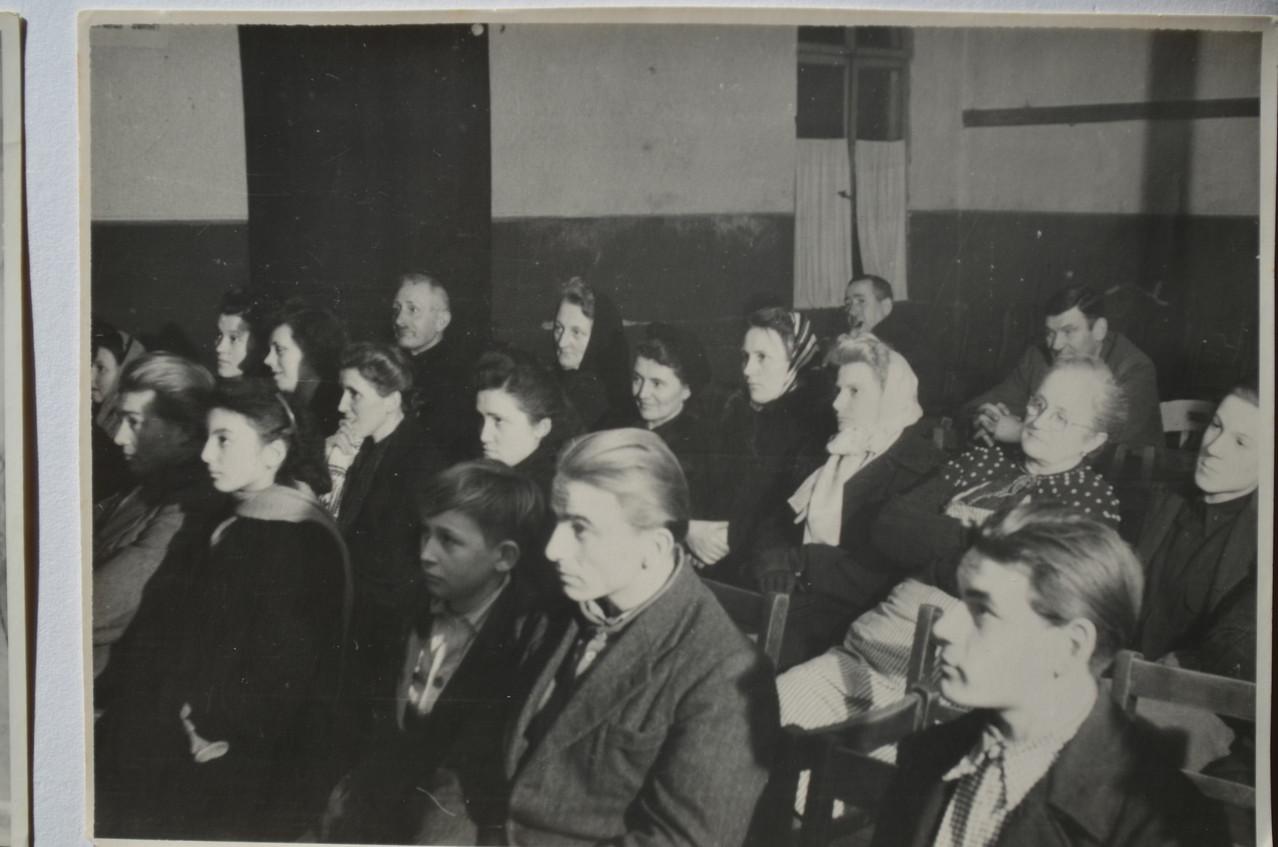 """Interessierte Zuschauer. Franz Adam, Maria Kästel, Anna Kästel, Frau von Dr. Hoffmann, """"Sprißlertante"""", im Hintergrund Jean Funk (Funkeljean) und Rudolf Kästel"""