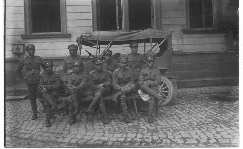Siamesische Soldaten vor dem Schulhaus in Geinsheim
