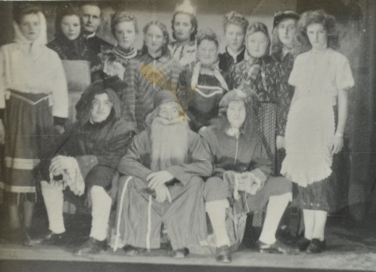 Theatergruppe um Kaplan Neufeld (Jugendgruppe), u.a. Irene Appel, Irma Henrich, Maria Wittemann, Vilma und Marianne Kästel, Armanda Weber