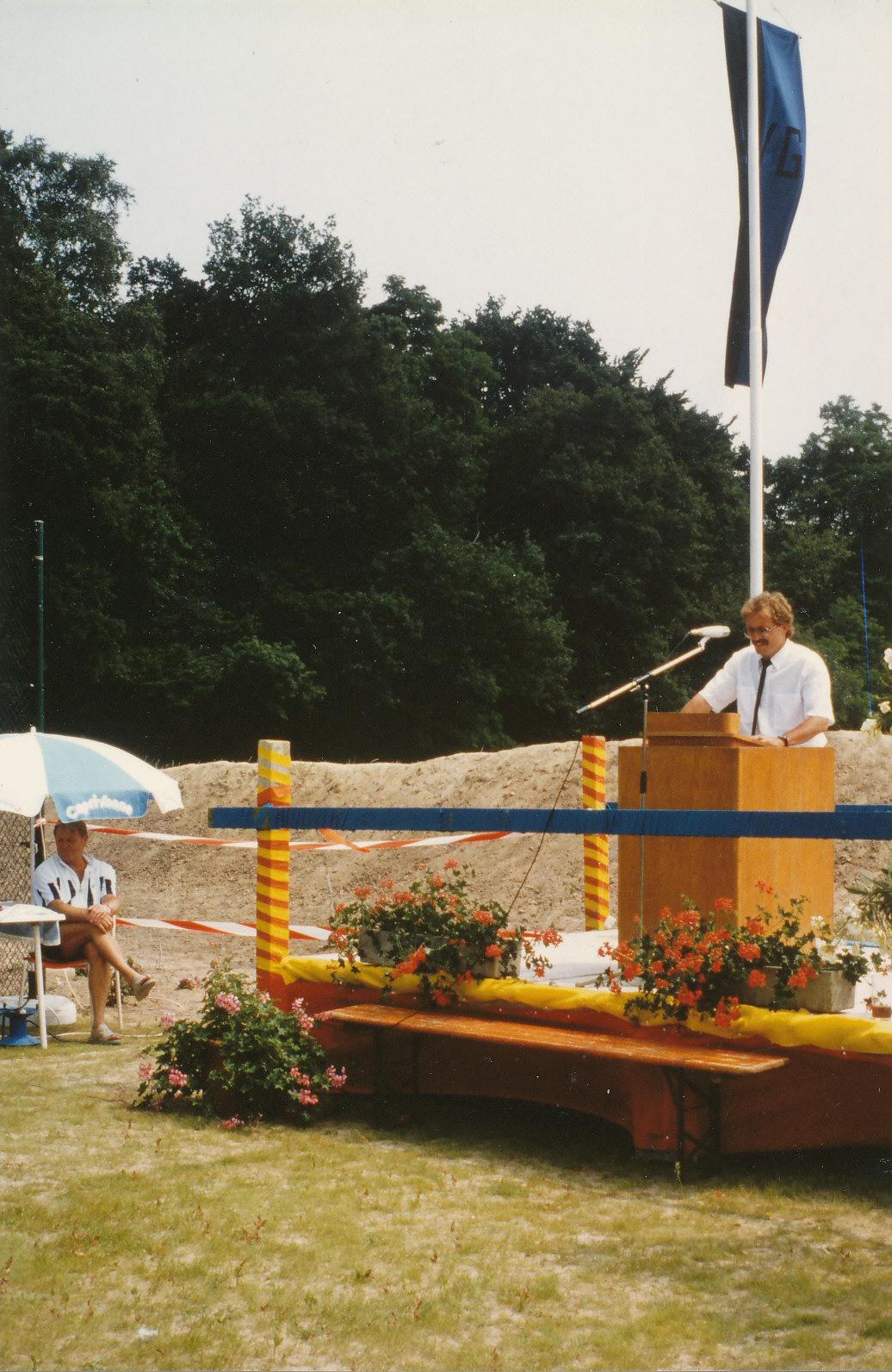 Klaus Diebold bei der Eröffnung der Tennisanlage