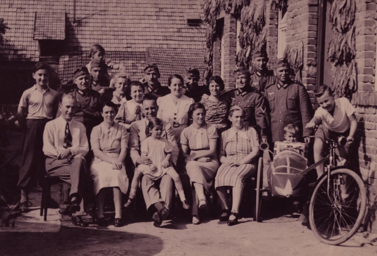 Bei Familie Arthur Stadler einquatierte Soldaten ca.- 1939; Günther Stadler mit Fahrrad und Seitenwagen