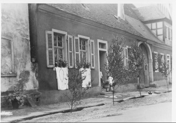 Fronleichnam, Präsenzgutshaus neben Kirche
