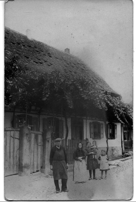 Blechschmitt Stauch mit Familie Zillig vor Anwesen Gerhard Bender in der Geitherstraße