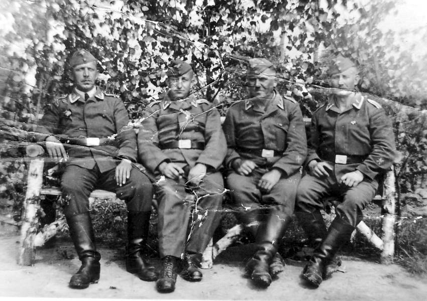 v.l. Karl Schaaf, Karl Schneider, Karl Röther, NN (Bunkersoldaten: Holzunterstand am Schlittweg)