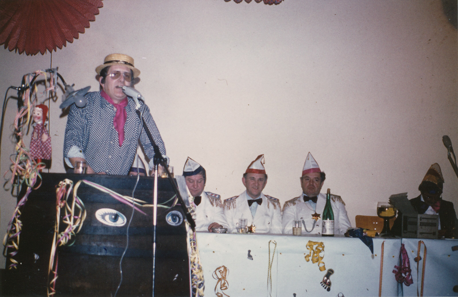 """Närrische Singstunde 1983 mit Karl Adam in der Bütt als """"Sangesbruder"""""""