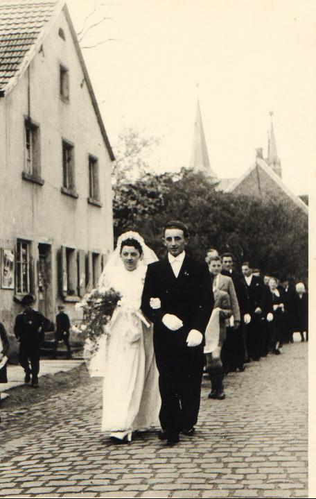 Appel Willi mit Maria geb. Kästel auf dem Weg von der Kirche zum Elternhaus