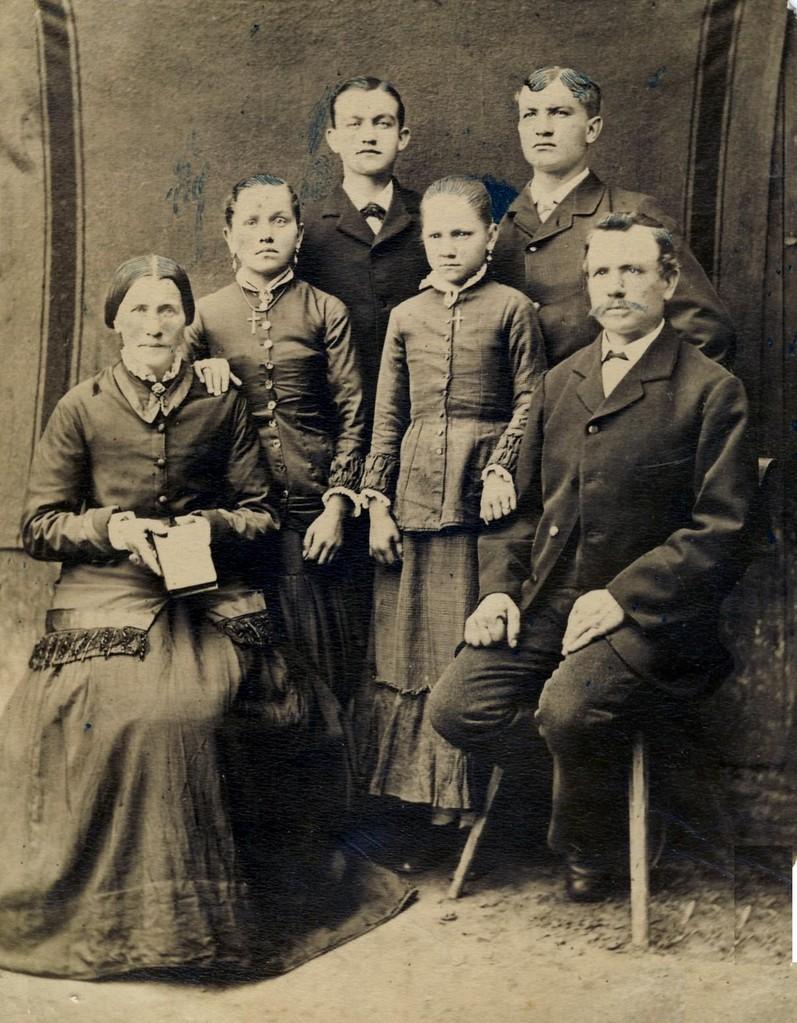 Familie von Josef Anton Avril und Katharina geb. Schneider mit Kindern (v.l.): Elisabeth (verh. Först), Jakob, Katharina (verh. Weisbrodt), Johann Anton; beide Söhne wanderten in die USA aus