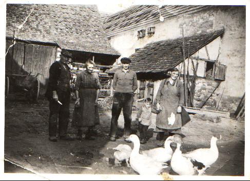 Aufnahme im Hof von Alois und Elisabeth Röther (Eltern von Karl, Hugo, Willi und Oskar) und Eltern von Alois Röther