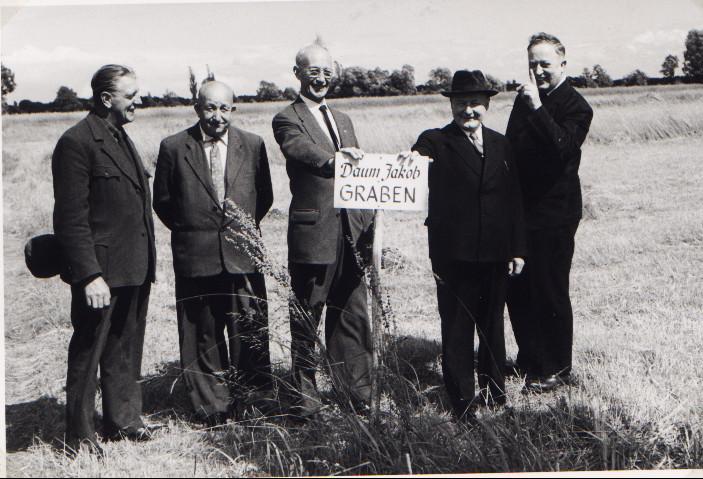 Besichtigung der Wiesen der Dompfarrei: v.l. Alfons Manger, Karl Schneider und Mitglieder der Dompfarrei