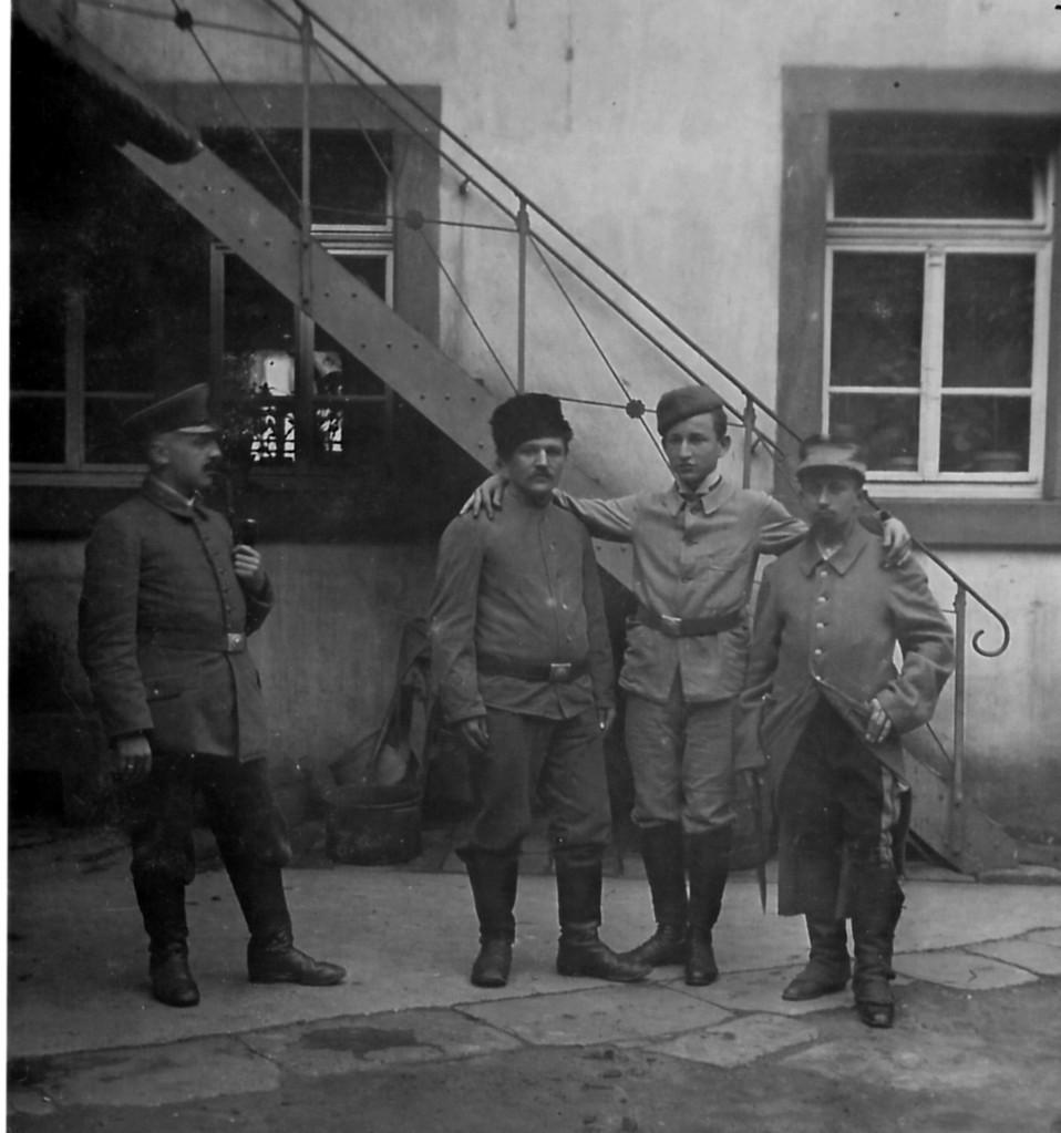 """Gefangene im I. Weltkrieg im Hof der Gaststätte """"Zum Schwanen"""""""