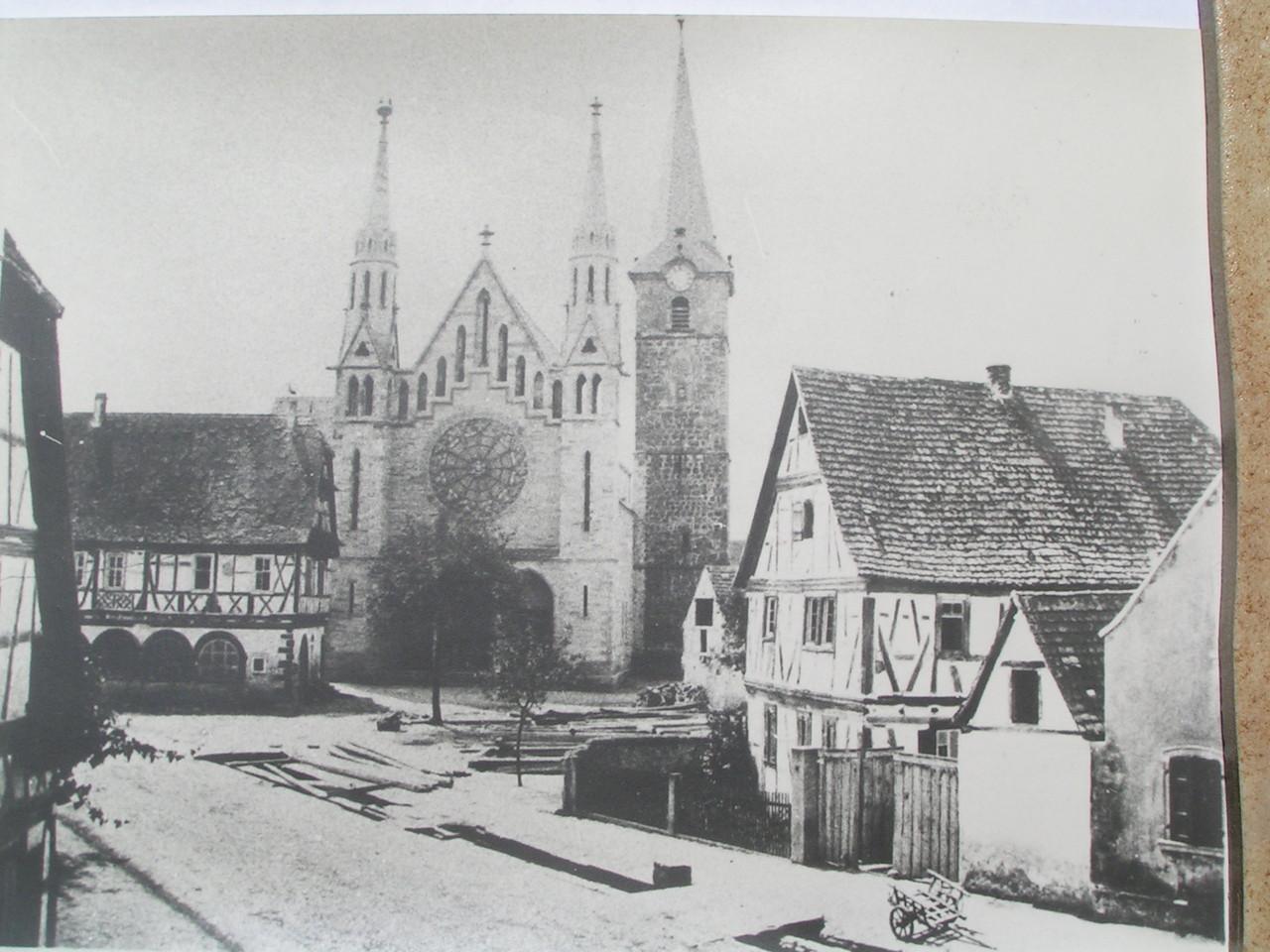 Altes Rathaus von 1594 neben Kirche (1870 bis 1873 erbaut)