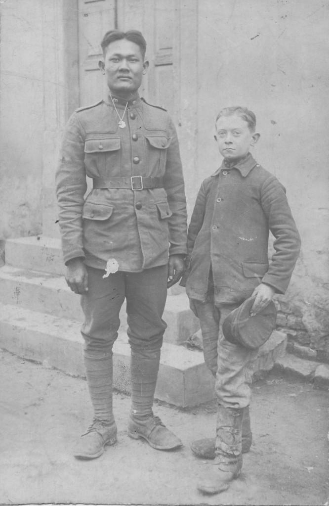 Karl Scilling mit siamesischem Soldaten