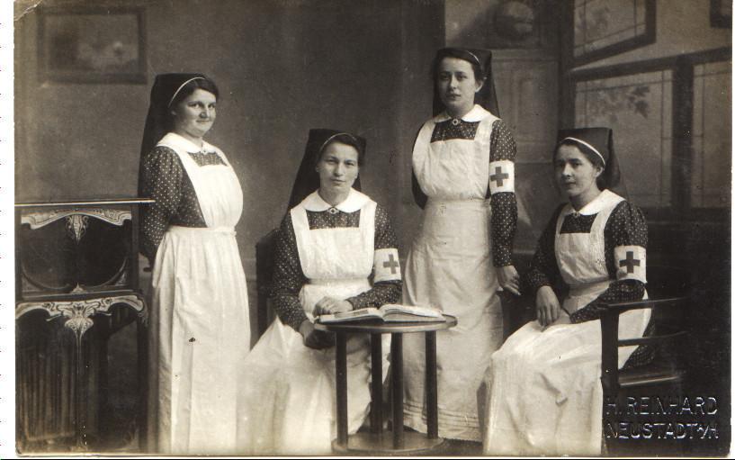 Armanda Tirolf (rechts) und Anna Henkel (sitzend) im Lazarett im I. Weltkrieg