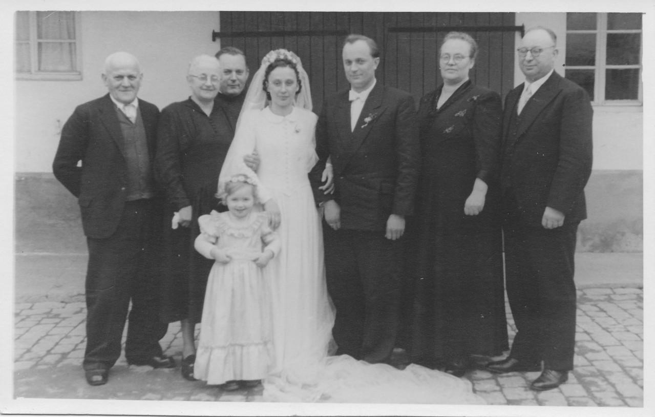 Hochzeitsgesellschaft Ehepaar Sprißler Ludwig und Rita geb. Appel, v.l. Sprißler Jean und Frau, Pfarrer Rieder, Katharina und Franz Spanier