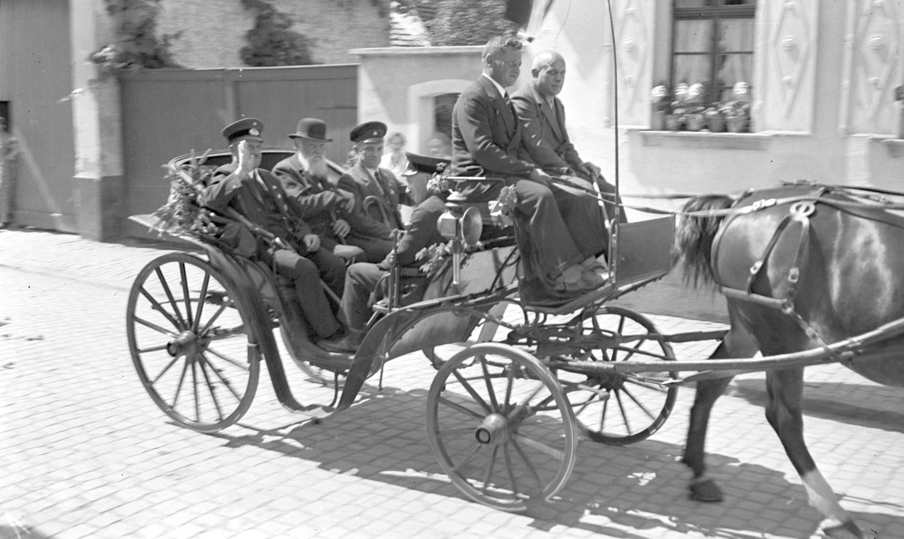 Chaise (leichte Kutsche) mit Willi Zillig als Wagenführer; Fahrgäste während des Kriegerfestes 1935, Wilhelm Groß, Josef Zillig und Jakob Schneider