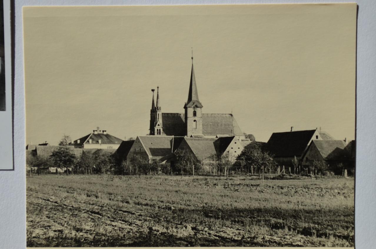 Sicht auf Kirche aus Richtung Schmittenäcker (von Osten)