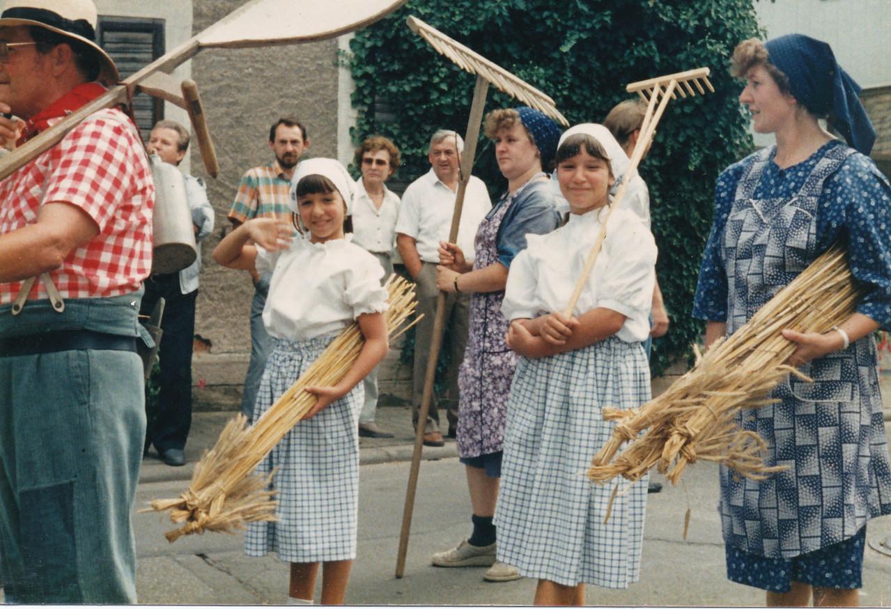 Familie Bender beim Umzug während der 1200 Jahr-Feier