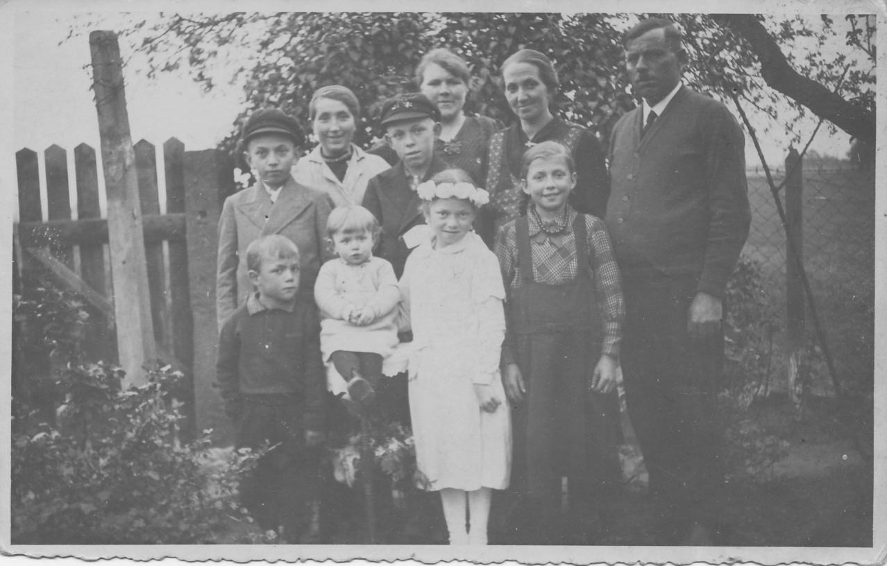 Familie Adam Nebel (Chausseegard) mit Frau Katharina, geb. Weber, n.l. Nichte Anna Nebel, und Katharina Weber, verh. Steinweg mit Kindern Herrmann, Eugen, Monika, Käthchen, Hugo und Anneliese ca. 1935