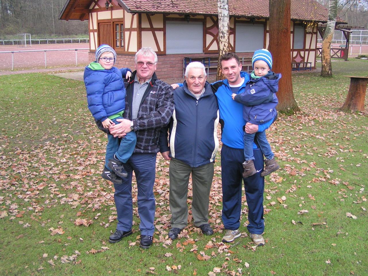 Vier Generationen der Familie Schanz; Matthias spielt seit 2002 beim SV Geinsheim
