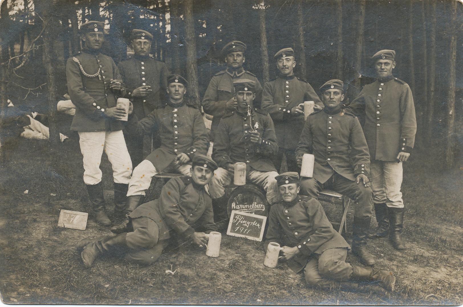 Zwei Geinsheimer Soldaten: Franz Adam (2. von rechts) und Lehrer Ludwig Rössler (2. links)
